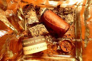 Zigarren und Zigarrenasche im Aschenbescher