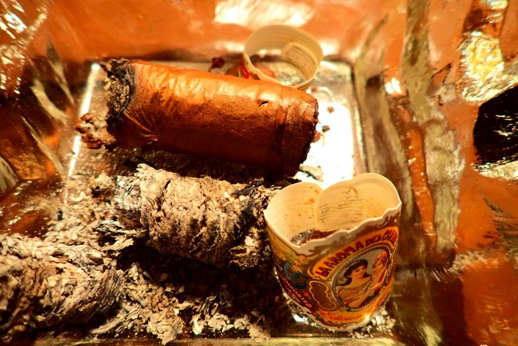 Zigarre und Asche im Aschenbecher