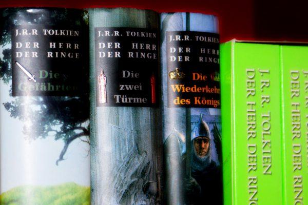 Mehrere Bücher im Bücherregal