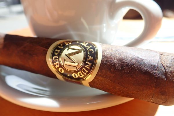 Zigarre vor Espressotasse