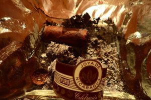 Zigarrenstummel im Aschenbecher