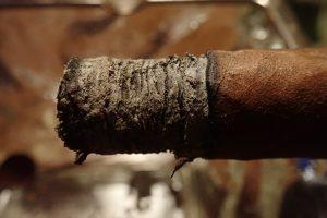 Zigarrenasche an Zigarre
