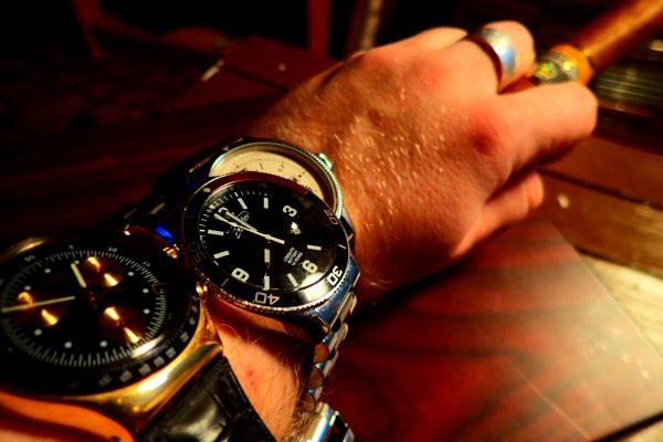 Arm mit Uhren und Zigarre