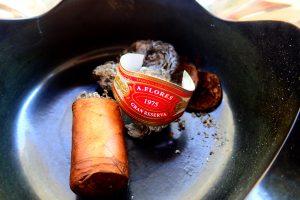 Zigarre samt Banderole im Aschenbecher