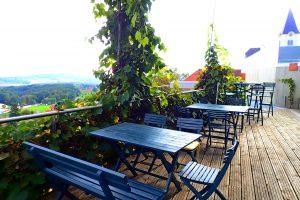 Tische auf Terrasse