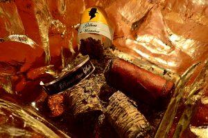 Zigarrenasche und Banderole in Aschenbecher