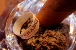 Zigarre in Aschenbecher