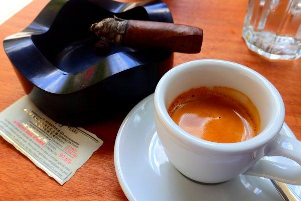 Kaffeetasse und Zigarre