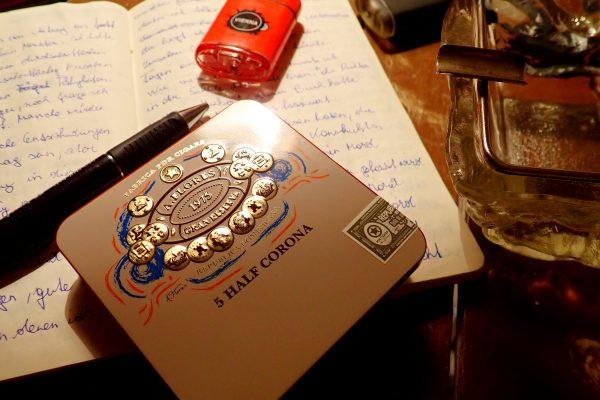 Zigarrenschachtel auf Notizbuch