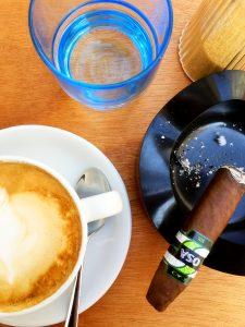 Wasserglas so wei Kaffee und Zigarre im aschenbecher