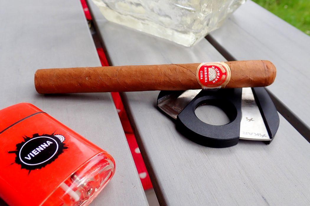 Zigarre vor rotem Feuerzeug
