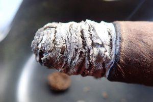 Asche an Zigarre