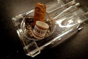 Zigarre in Aschnebcher