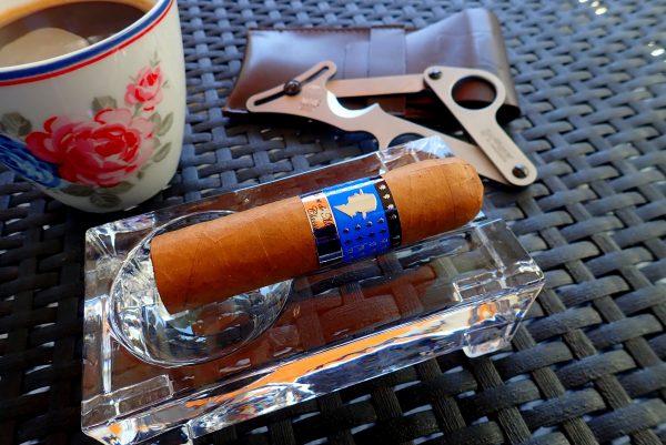 Zigarre mit Kaffee und Schere