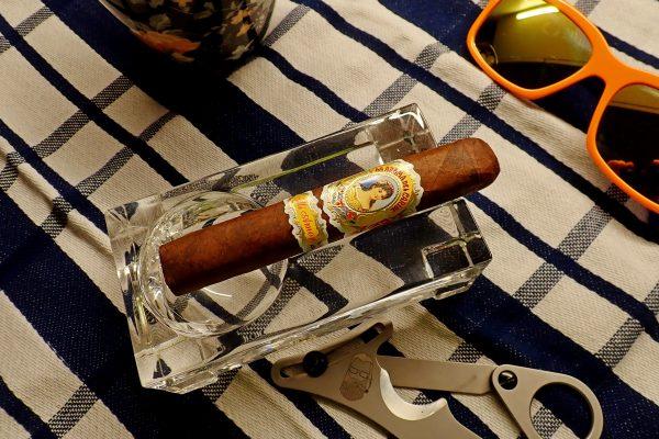 Zigarre auf Tisch